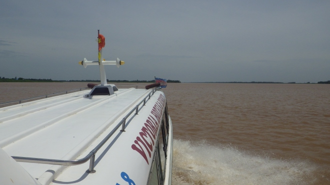 Cruising up river to Phnom Penh, Camboida